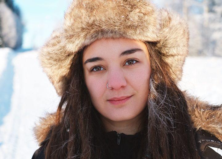 Person i pälsmössa, i vinterlandskap