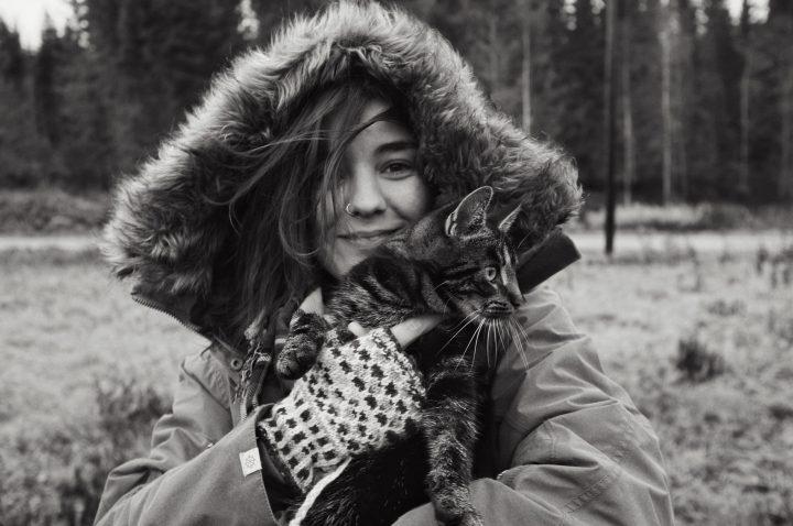 Foto föreställandes Rania hållandes i vår katt Ellie