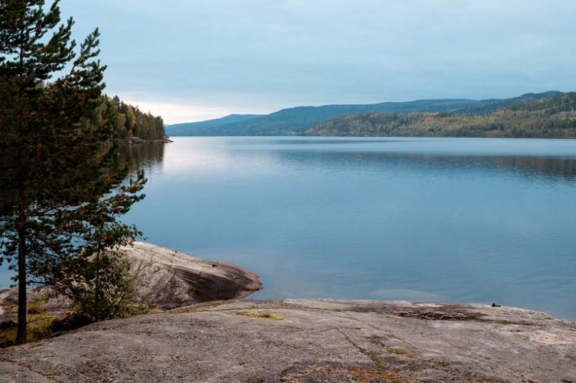 Utsökt över en sjö med mulen himmel
